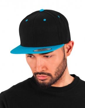 Dwukolorowa czapka z płaskim daszkiem